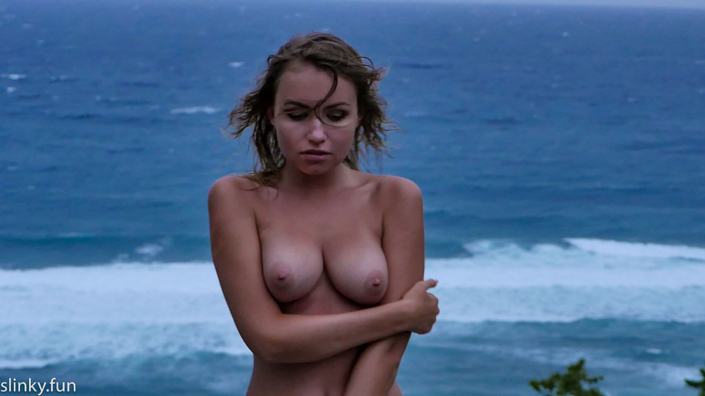 Stock Foto Beautiful nude model with big boobs nicole ross storm on the ocean